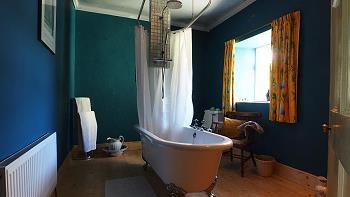 Salle de bains 1 au premier étage avec douche dans la baignoire/WC/lavabo