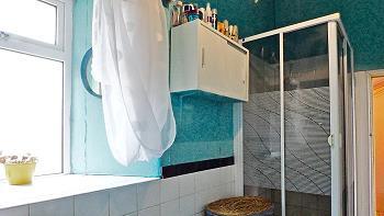 Salle de bains 2 au rez-de-chaussée avec douche/WC/lavabo