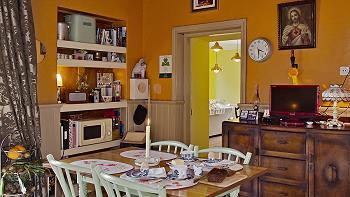Table de la salle à manger, micro-ondes, TV
