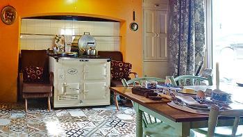 Table de la salle à manger, fourneau AGA, porte vers la terrasse