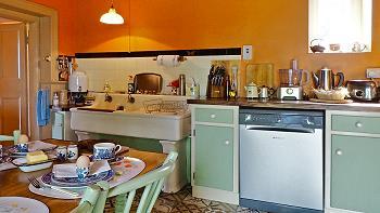Les commodités modernes comprennent lave-vaisselle, frigo-congélateur