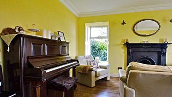Le piano et la cheminée