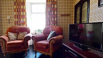 Des fauteuils confortables et TV (Sky)